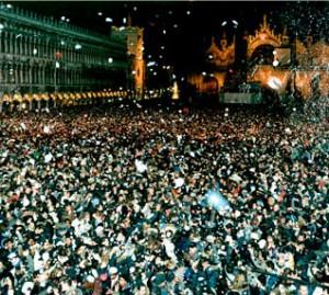 Migliaia di persone festeggiano il capodanno in piazza San Marco