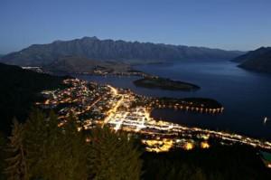 La vista notturna dal ristorante Queenstone in Nuova Zelanda.
