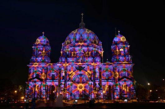 Il palazzo del Parlamento tedesco illuminato.