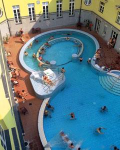 La piscina delle terme Lucaks.